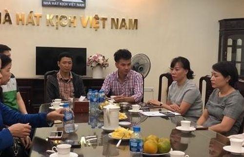 Nhà hát kịch Việt Nam trao tiền ủng hộ cho gia đình chị Đinh Thị Hải Yến