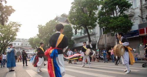 Các nhóm nhảy Hàn Quốc khuấy động phố đi bộ Hồ Gươm