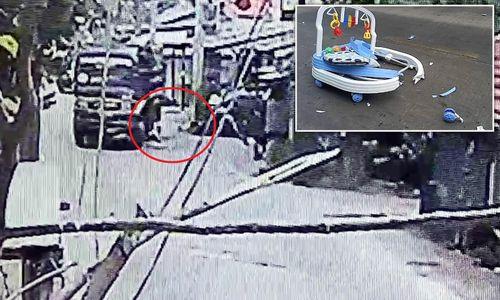 Clip: Mẹ mải dùng điện thoại, con trai 8 tháng tuổi bị xe tải cán chết thương tâm