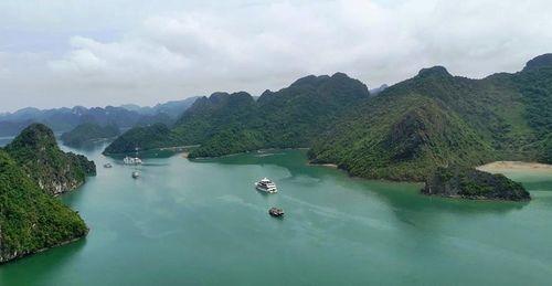 Quảng Ninh: Ngắm cảnh Vinh Hạ Long trên cao bằng máy bay trực thăng