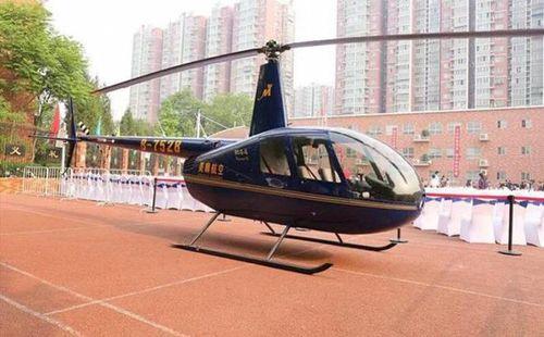 Ông bố Trung Quốc 'gây bão' khi đến trường con gái bằng trực thăng