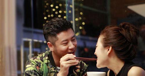Đi ăn với bạn gặp ngay chồng và bồ nhí đang tình tứ, vợ ra nói mấy câu khiến 'tiểu tam' chỉ biết khóc xin tha