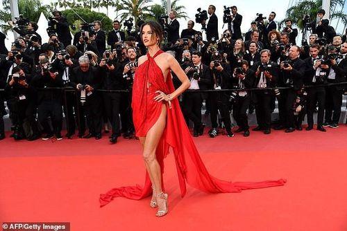 Alessandra Ambrosio mặc váy xẻ táo tạo khoe thân hình quyến rũ