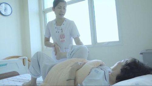 Tiêm thuốc trị đau khớp tại nhà, người phụ nữ bị liệt toàn thân