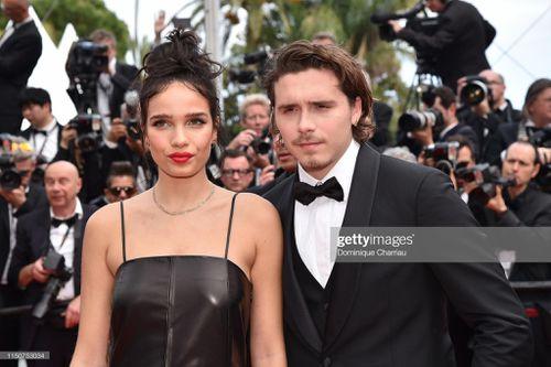 Con trai David Beckham âu yếm bạn gái trên thảm đỏ Cannes