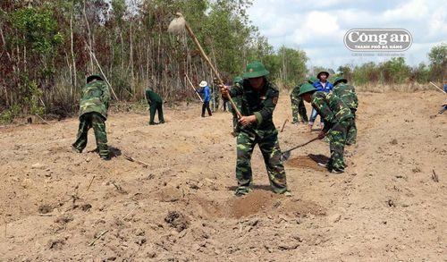 Bộ đội tặng 'cần' để dân 'câu cá'