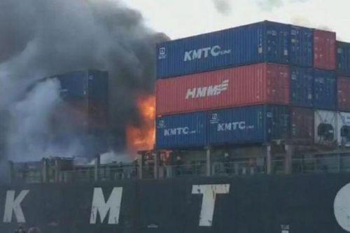 Cháy nổ tàu hàng tại Thái Lan, ít nhất 50 người bị thương