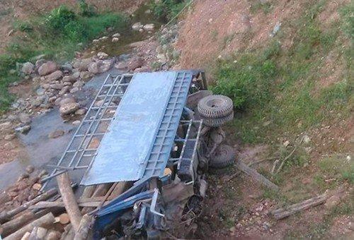 Kinh hoàng xe chở gỗ lật xuống suối khiến 2 người tử vong