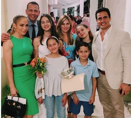Jennifer Lopez và bạn trai kém tuổi dẫn con đi xem Ariana Grande