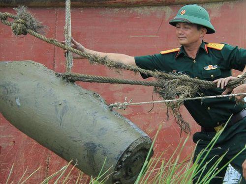 Trục vớt quả bom 400 kg vướng lưới ngư dân