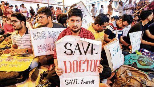 Liên tiếp bị thân nhân người bệnh bạo hành, hàng chục nghìn bác sĩ bãi công