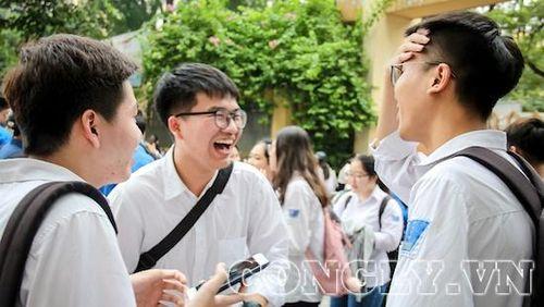 Đề thi Toán dễ bất ngờ, thí sinh vui vẻ kết thúc ngày thi đầu tiên