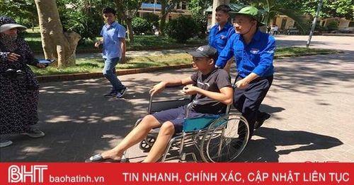 Thanh niên tình nguyện Hà Tĩnh hỗ trợ học sinh dân tộc Lào bị gãy chân thi THPT quốc gia