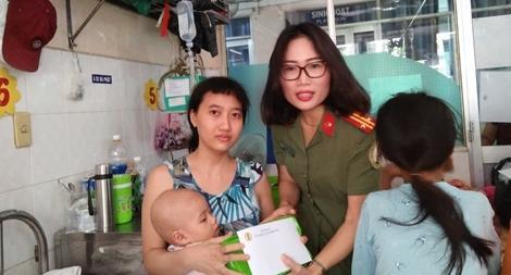 Công an Cửa khẩu Cảng Tân Sơn Nhất tặng quà cho bệnh nhi nghèo