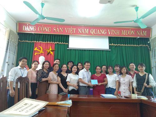 Giảng viên ĐH chung tay ủng hộ học sinh tại điểm thi
