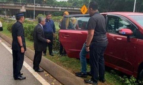 Quốc vương Malaysia dừng xe giúp nữ tài xế gặp tai nạn