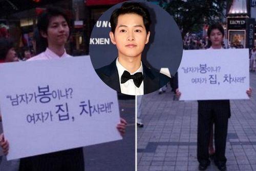 12 năm trước Song Joong Ki cầm biển: 'Đàn ông không phải mỏ vàng của phụ nữ'