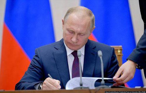 Tổng thống Nga Putin ký luật đình chỉ hiệp ước hạt nhân với Mỹ