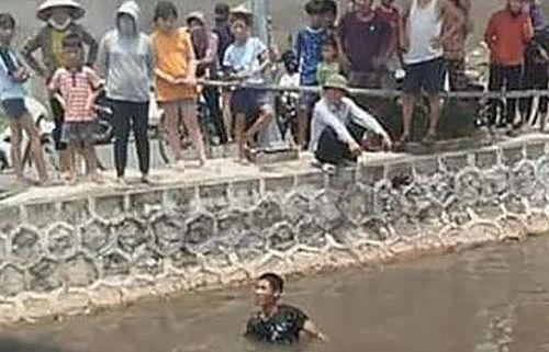 Đạp xe qua cầu, 2 học sinh rơi xuống sông tử vong