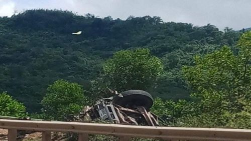 Container lao xuống vực tài xế tử vong, người đi nhờ xe nhảy ra thoát chết