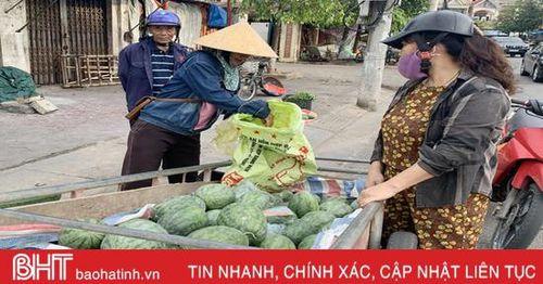 Dưa hấu Thạch Lưu được mùa, trồng nửa héc-ta thu 100 triệu