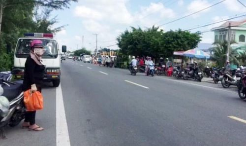 Hàng trăm người dân đổ xô ra xem thi thể nằm chết bên đường quốc lộ