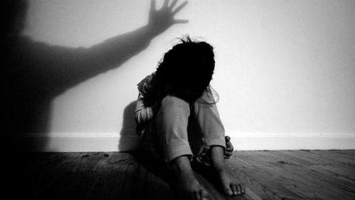 Cô bé 15 tuổi ra dấu cho mẹ việc bị bạn nhậu của bố dâm ô