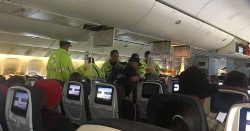 Máy bay hạ cánh khẩn, 37 người bị thương