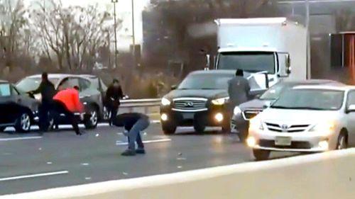 'Mưa' tiền trên cao tốc, hàng trăm tài xế bất chấp nguy hiểm dừng xe hôi của