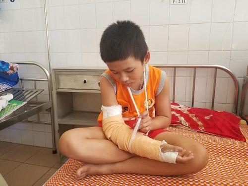 Gia cảnh khốn khó của em Linh 'vé số' bị cướp đánh gãy tay