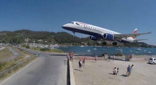 Thót tim máy bay hạ cánh sượt đầu nhiều người đang ngắm đảo