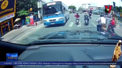 Nữ 'Ninja' tạt đầu xe, 2 thanh niên ngã lăn ra đường