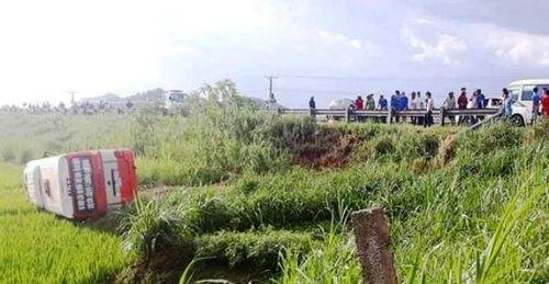 Nghệ An: Xe buýt lao xuống ruộng lật nghiêng, 4 người thương vong