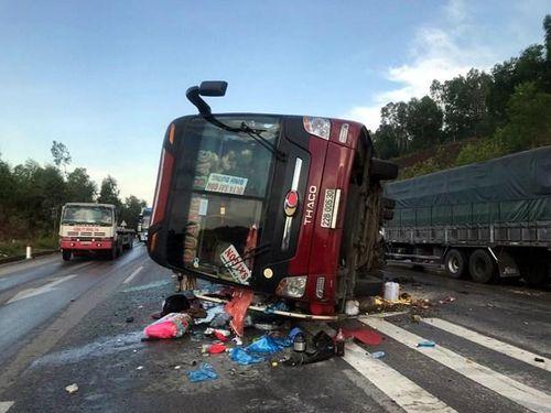 Xe khách lật trên Quốc lộ 1A, 4 người bị thương