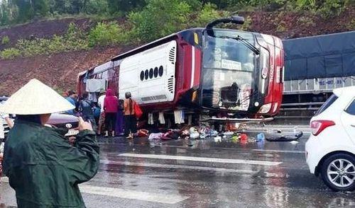 Xe khách gặp đường trơn lật nhào, tài xế và nhiều hành khách bị thương