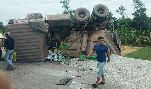 Xe tải lật ngửa sau khi va chạm xe máy, 2 người bị thương