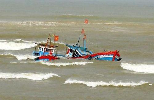 Thanh Hóa: Cứu sống 4 ngư dân gặp nạn trên biển