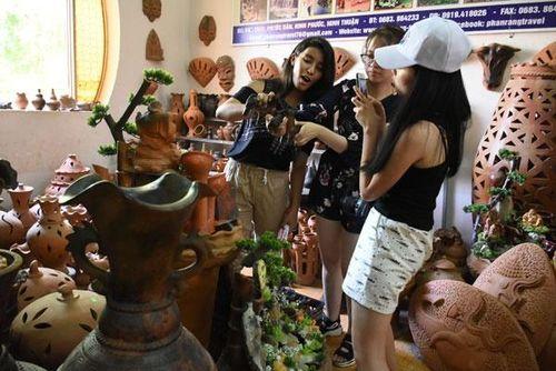 Bạn trẻ kiều bào thích thú với trải nghiệm văn hóa Chăm tại Ninh Thuận