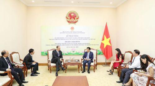 Trao tặng Kỷ niệm chương 'Vì sự nghiệp Văn hóa, Thể thao và Du lịch' cho Đại sứ Đặc mệnh toàn quyền CHLB Đức tại Việt Nam
