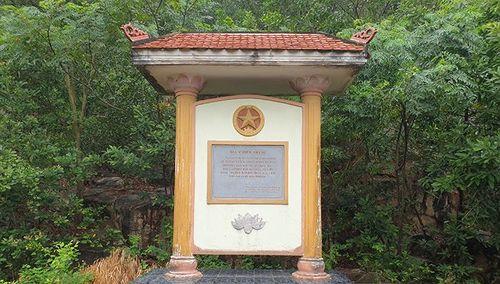 Di tích Bia Chiến thắng trở thành nơi để xe chở lợn ở huyện Kiến Thụy, Hải Phòng