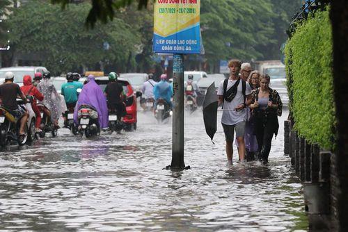 Hà Nội mưa sầm sập, cảnh báo những điểm đen ngập úng