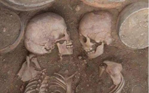 Phát hiện hài cốt 'Romeo và Juliet' cổ đại đang ôm lấy nhau