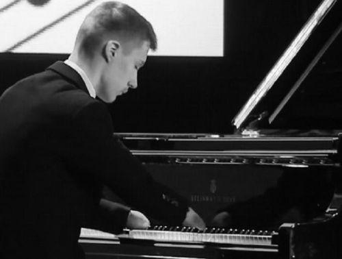 Lặng nghe khúc nhạc từ bàn tay không ngón lướt trên phím đàn piano