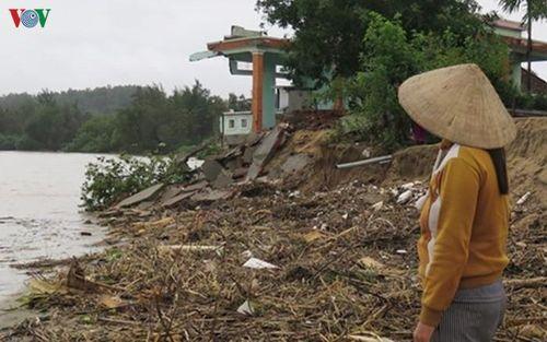 Sóng đánh sập nhiều nhà dân ở xã Tịnh Khê (Quảng Ngãi)