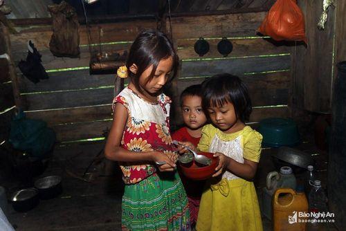 Cuộc sống tạm bợ trong những ngôi nhà tránh lũ vùng biên Nghệ An
