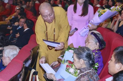 Xúc động tại chương trình 'Tự hào Tổ quốc - Mẹ Việt Nam' nhân mùa Vu lan báo hiếu