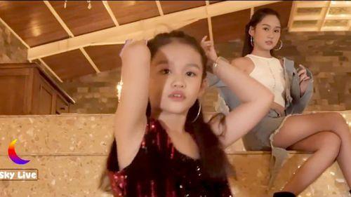 'Nhức mắt' khi trẻ hóa thân ca sỹ nhún nhảy, điệu đà