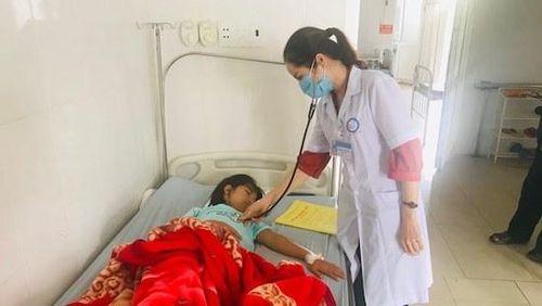 30 học sinh nhập viện nghi ngộ độc sau tiệc liên hoan trại hè