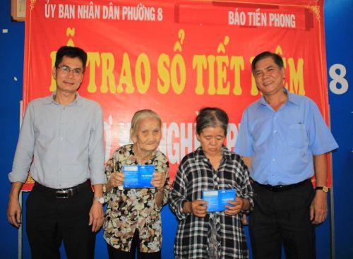 Báo Tiền Phong tặng sổ tiết kiệm cho hai hoàn cảnh khó khăn tại TPHCM