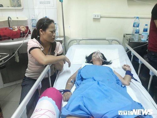 Nước mắt người mẹ nghèo ôm con nằm liệt giường chưa hẹn ngày tỉnh lại sau tai nạn nghiệt ngã